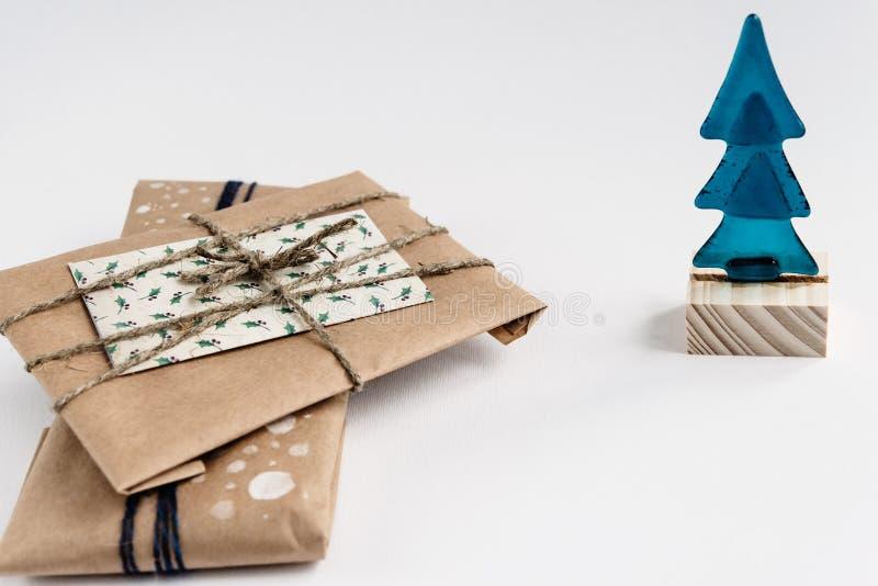 Lantliga gåvor i hantverkpapper och julträdet, enkelt handgjort arkivbilder