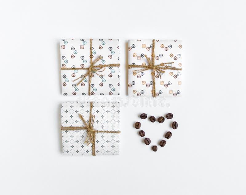 Lantliga handgjorda gåvaaskar dekorerade med kaffehjärta på vit bakgrund Bästa sikt, lekmanna- lägenhet arkivfoto