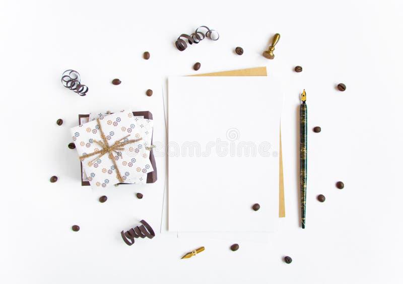 Lantliga handgjorda gåvor och en bokstav på vit bakgrund dekorerade med slingrande och kaffebönor Bästa sikt, lekmanna- lägenhet royaltyfri fotografi