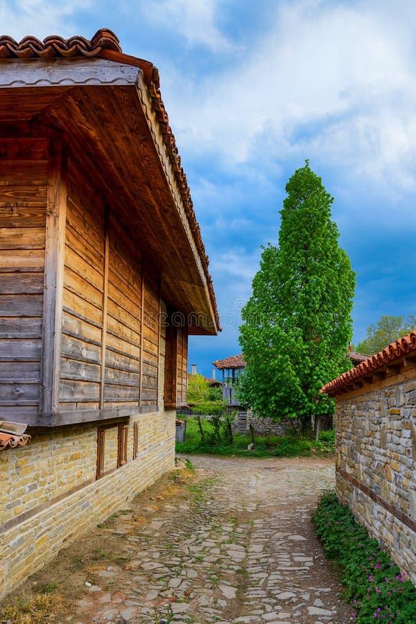 Lantliga hus och lappad gata, Zheravna, Bulgarien fotografering för bildbyråer
