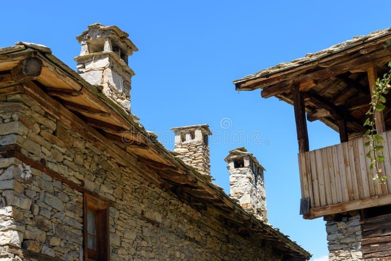 Lantliga hus som göras av stenen i Kovachevitsa, Bulgarien royaltyfri bild