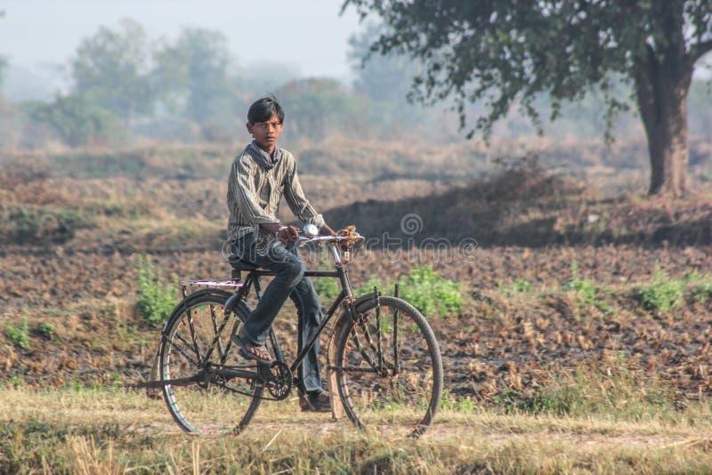 Lantliga Indien och cyklar arkivbilder