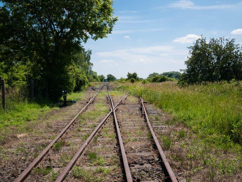 Lantliga järnvägsspår royaltyfria bilder