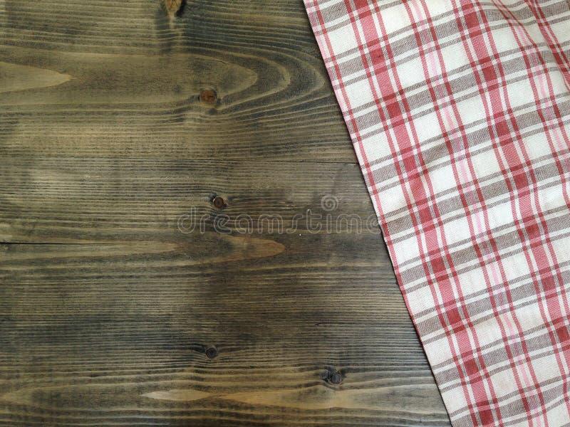 Lantliga träbräden med en röd rutig bordduk arkivbild