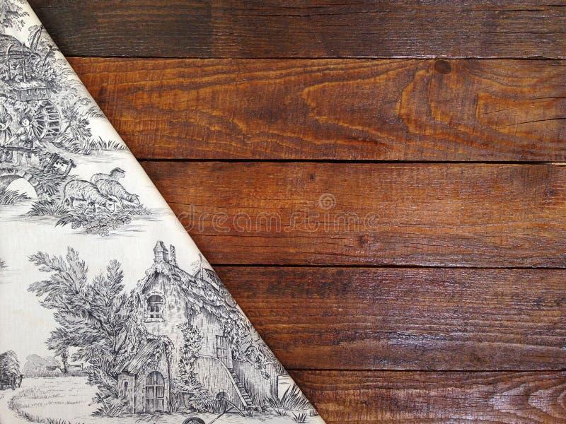 Lantliga träbräden med en tappningbordduk arkivfoton