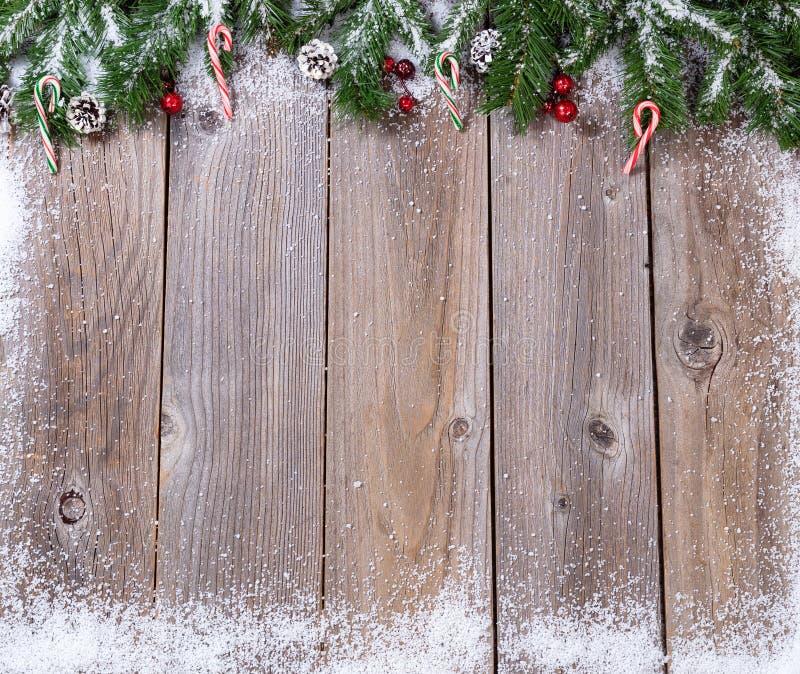 Lantliga träbräden med snö täckt gran förgrena sig för Xmas lurar royaltyfri foto