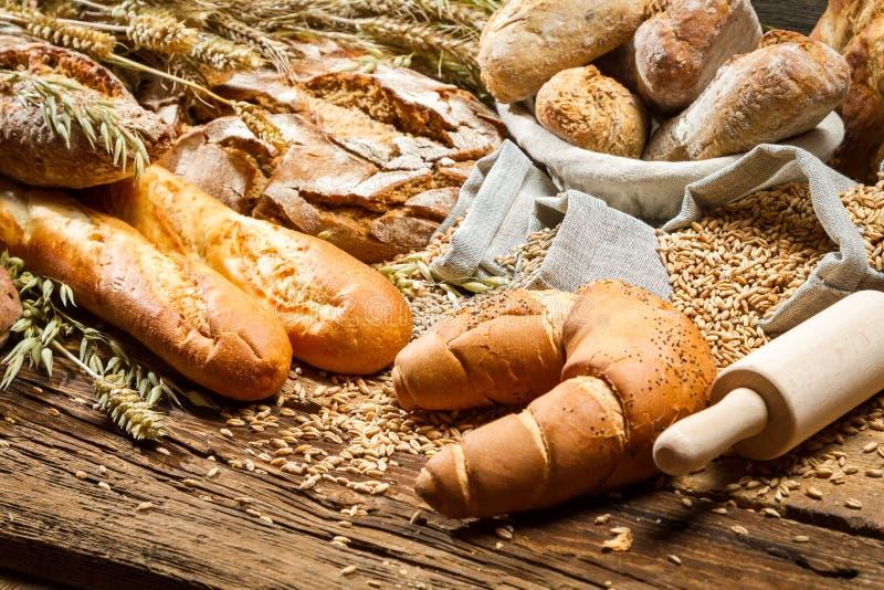 Lantligt bagareskafferi med alla sorter av bröd arkivbilder