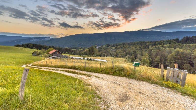 Lantligt berglandskap i franska fj?ll?ngar royaltyfri bild