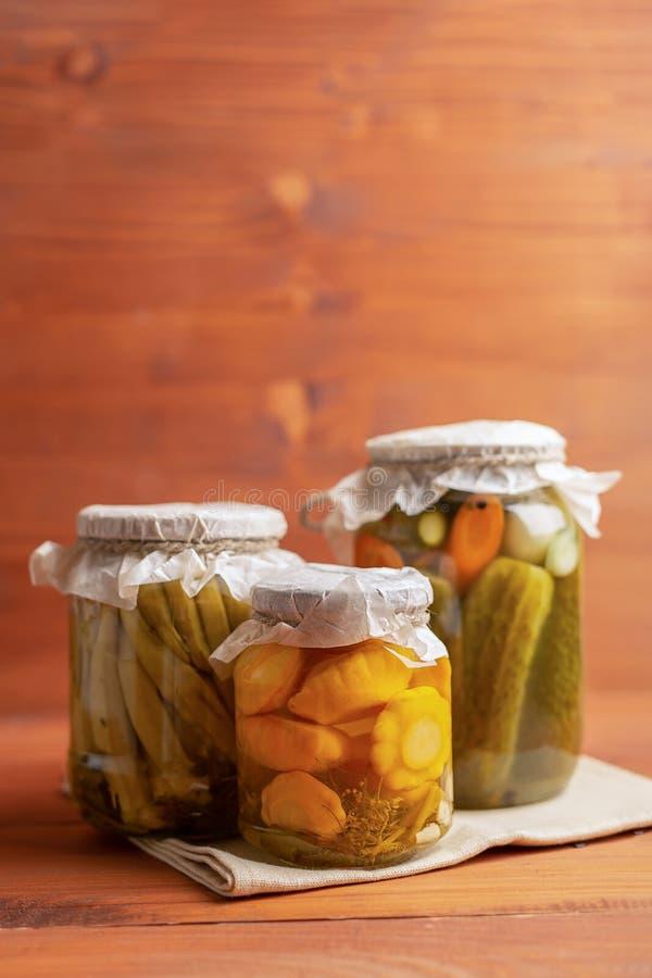 Lantligt beskydd blandade Små gula sommarsquash, okra och gurkor arkivfoto