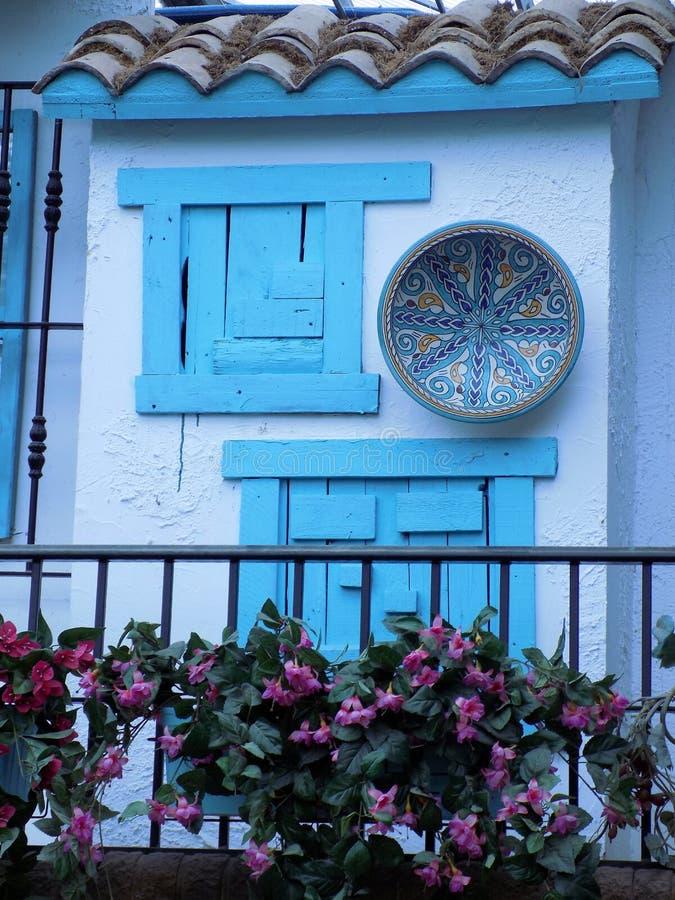Lantligt blått fönster arkivbilder