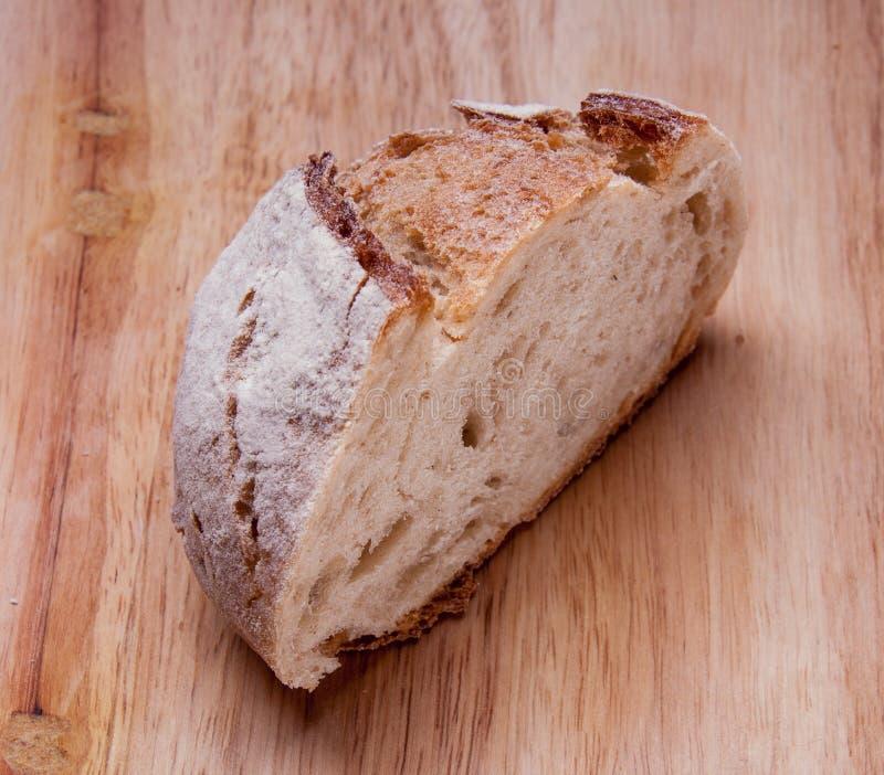 Lantligt bröd på en trätabell Stil för landshus legitimerar arkivbild