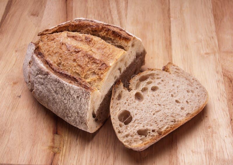 Lantligt bröd på en trätabell Stil för landshus legitimerar royaltyfri fotografi
