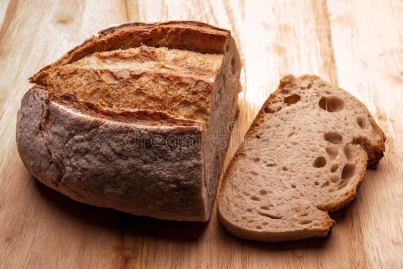 Lantligt bröd på en trätabell Stil för landshus legitimerar royaltyfria bilder