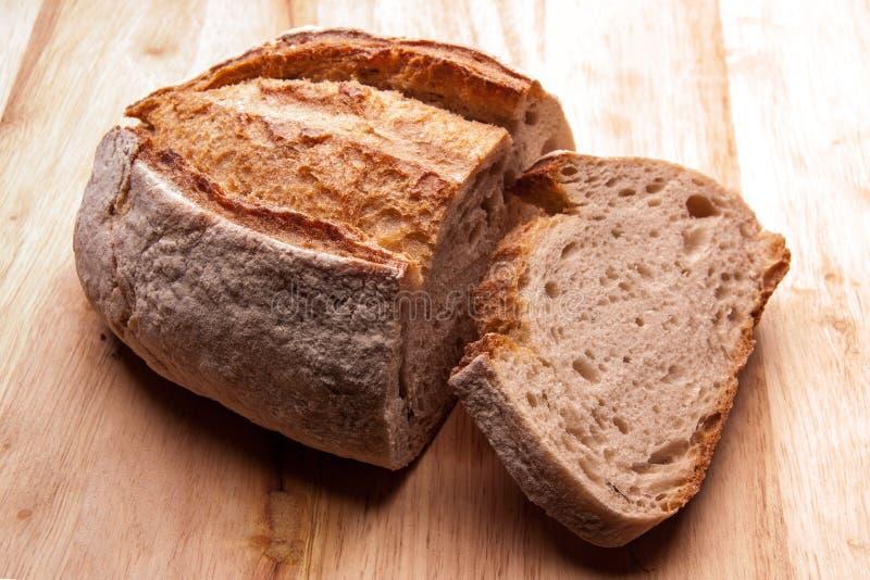 Lantligt bröd på en trätabell Stil för landshus legitimerar royaltyfri bild