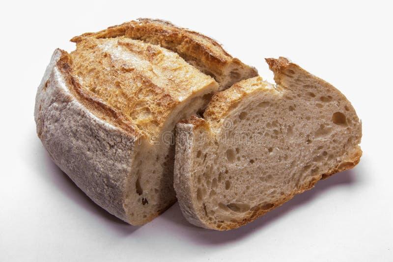 Lantligt bröd på en vit Stil för landshus legitimerar royaltyfri foto