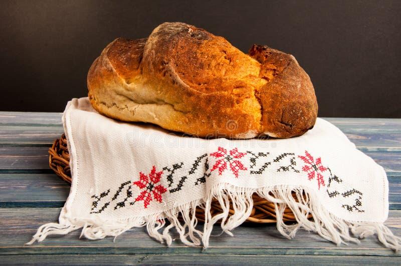 Lantligt eller hemlagat smakligt bröd royaltyfri bild