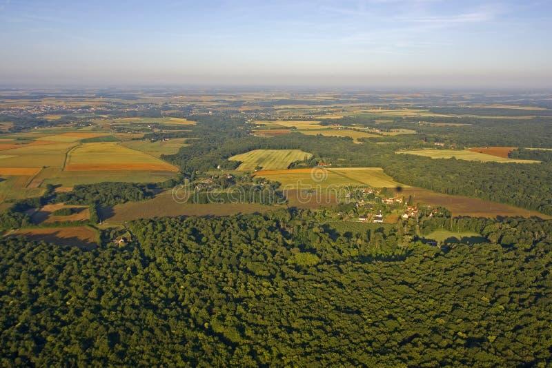 Lantligt fält i Frankrike - flyg- sikt arkivbilder