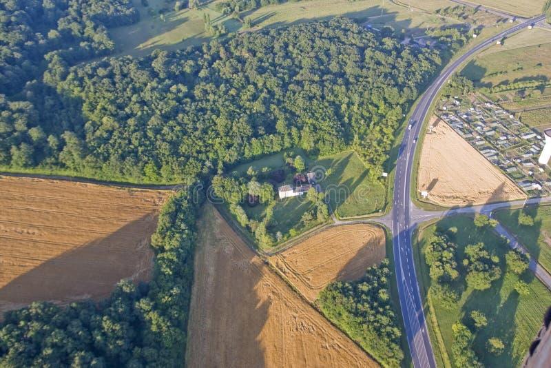 Lantligt fält i Frankrike - flyg- sikt royaltyfri bild