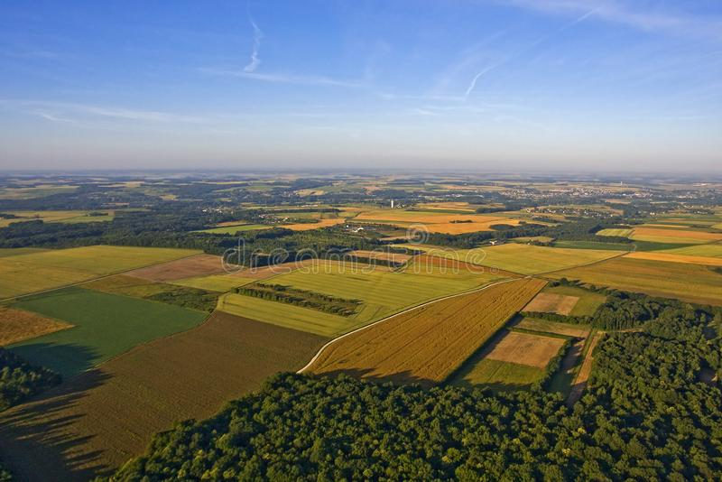 Lantligt fält i Frankrike - flyg- sikt royaltyfri foto