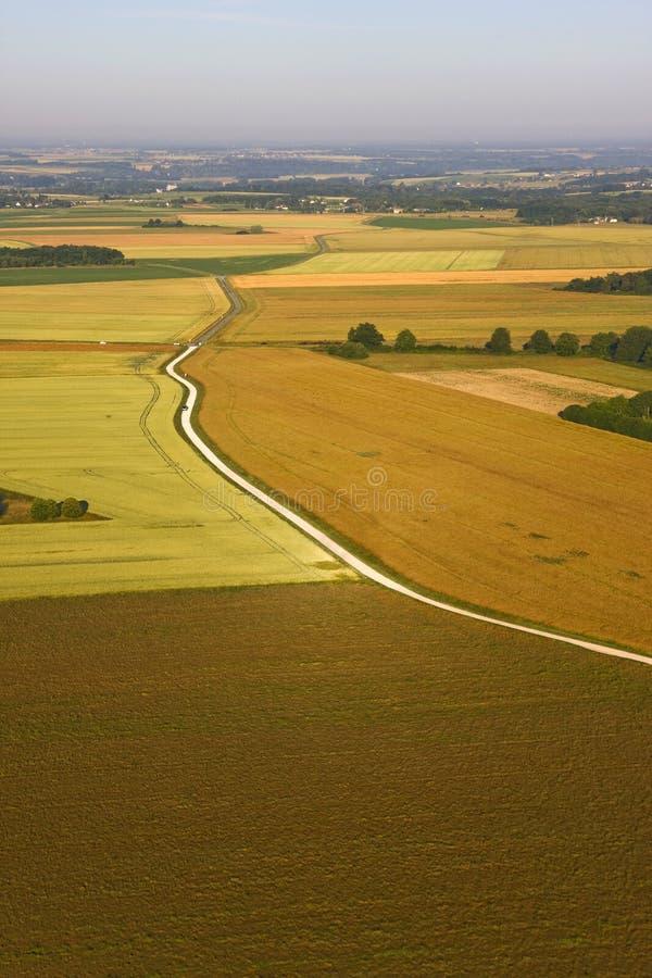 Lantligt fält i Frankrike - flyg- sikt arkivbild
