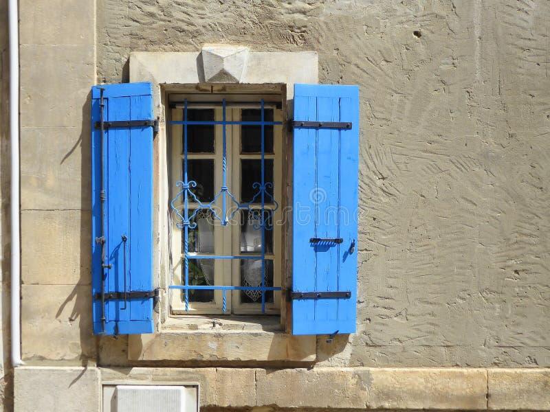 Lantligt fönster med blåa slutare royaltyfri bild