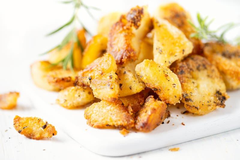 Lantligt guld- engelska grillade feta potatisar för anden fotografering för bildbyråer