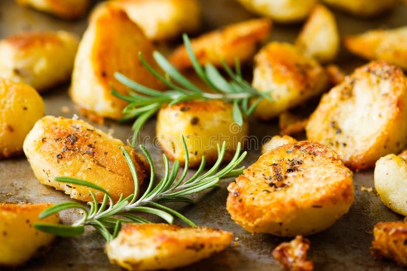Lantligt guld- engelska grillade feta potatisar för anden arkivfoton