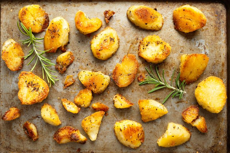 Lantligt guld- engelska grillade feta potatisar för anden arkivfoto