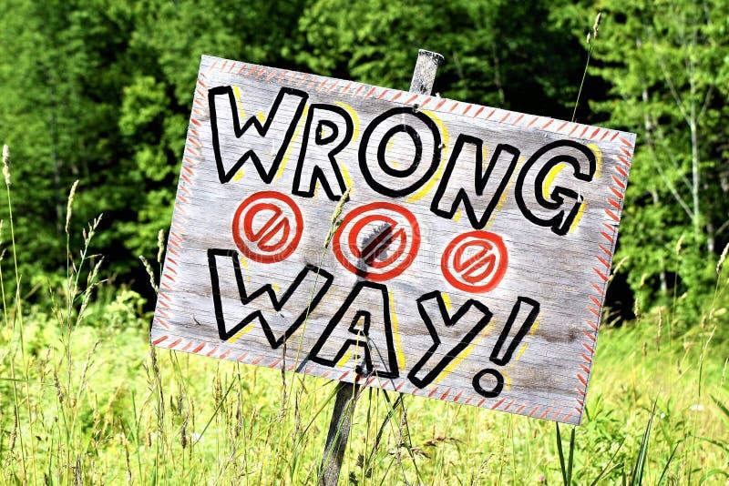 Lantligt handgjort fel vägtecken arkivfoton