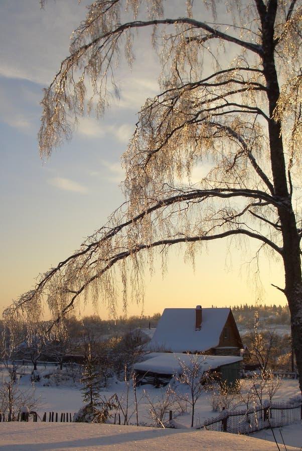 Lantligt hus i snön arkivbilder