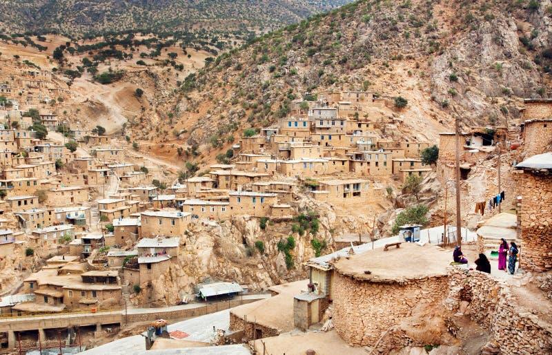 Lantligt kvinnamöte som är utomhus- i liten bergby med fattiga lerahus fotografering för bildbyråer