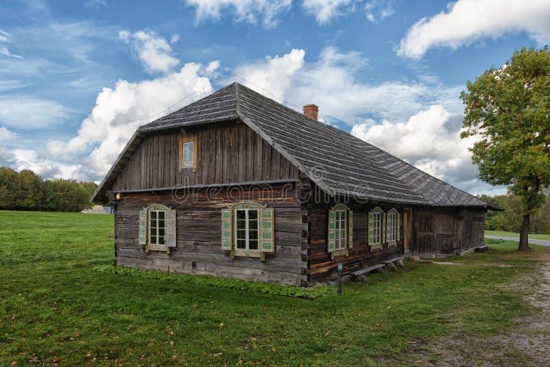 Lantligt landskap för träuppehällehus royaltyfri foto