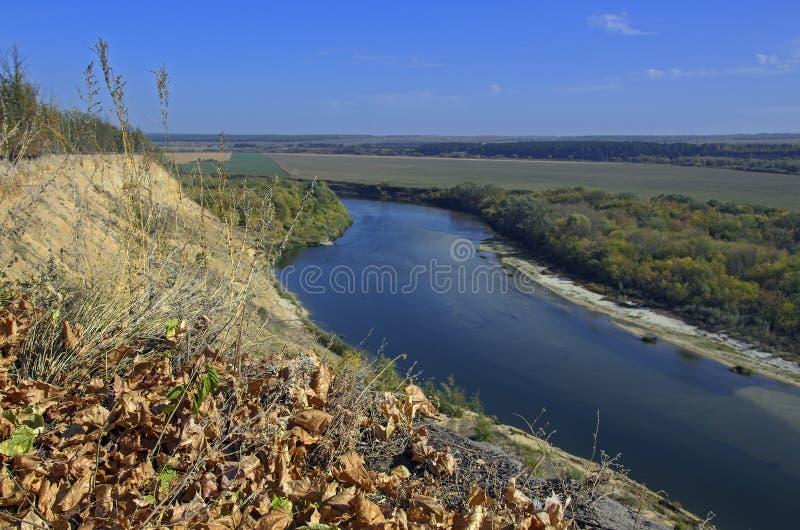 Lantligt landskap med en flod royaltyfri foto