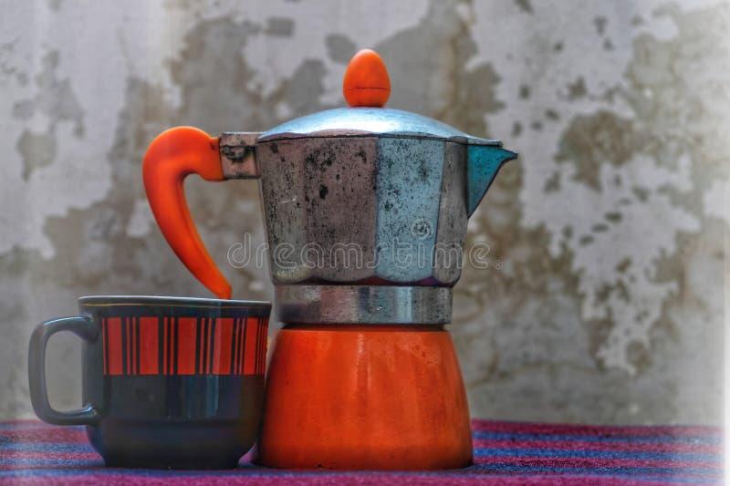 lantligt landskap med en kaffekopp och en kokkärl royaltyfri fotografi