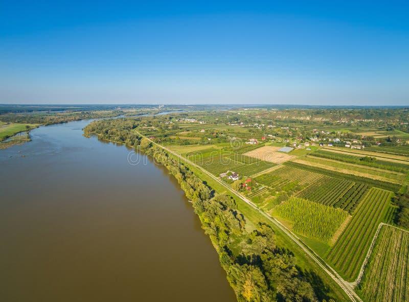 Lantligt landskap med floden Vistula och fält Fält och flod från sikten för öga för fågel` s arkivfoto