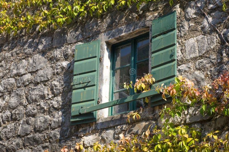 Lantligt medelhavs- träfönster fotografering för bildbyråer