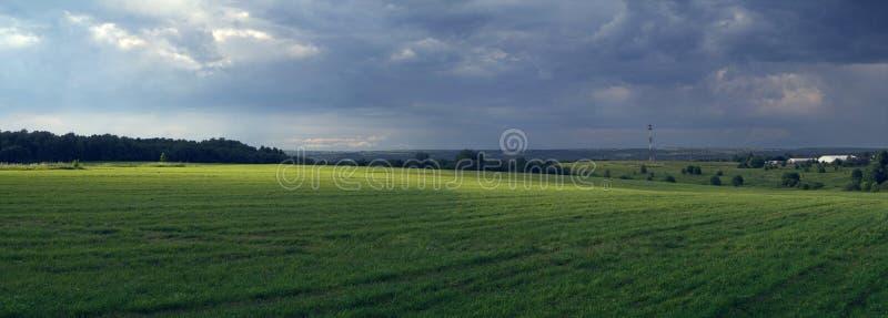 Lantligt panorama- landskap med för ett stormvillkor av naturen arkivfoto