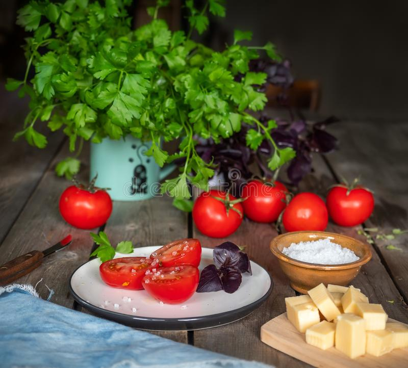 Lantligt skissa, en liten lunch av ost och den röda tomaten Persiljagräsplaner i ett keramiskt rånar arkivfoto