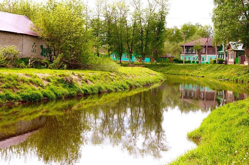 Lantligt stillsamt landskap som förbiser floden arkivfoton