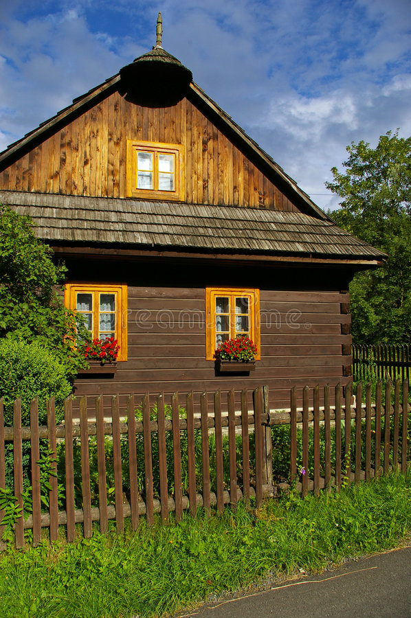 lantligt trä för hus arkivfoto