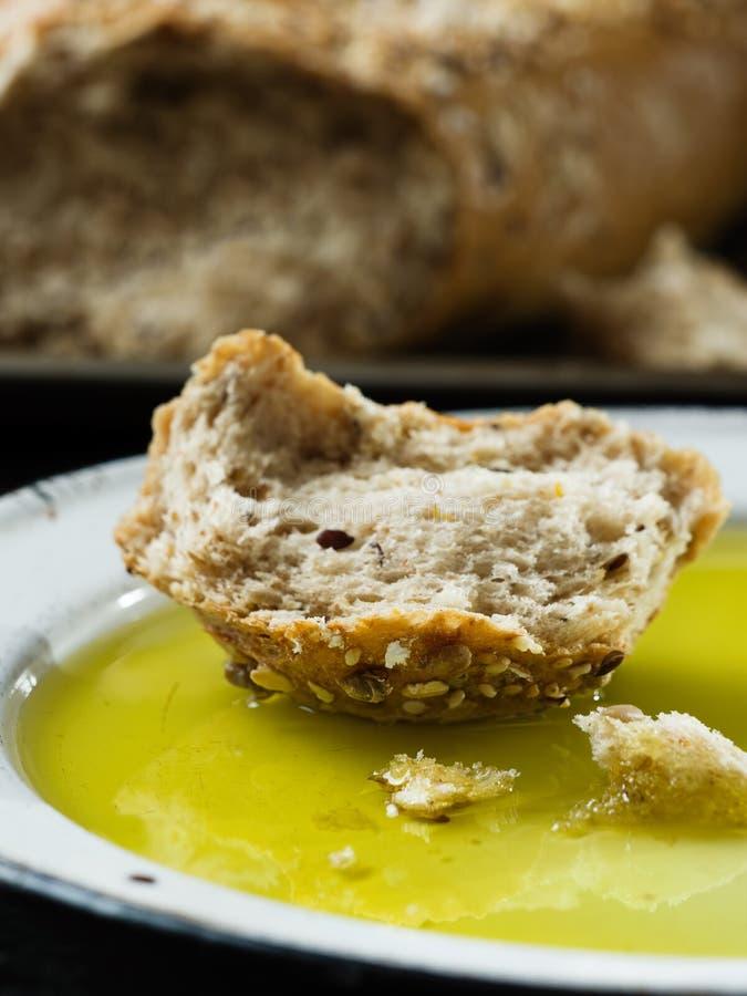 Lantligt vresigt bröd med olivoljadoppet royaltyfria bilder