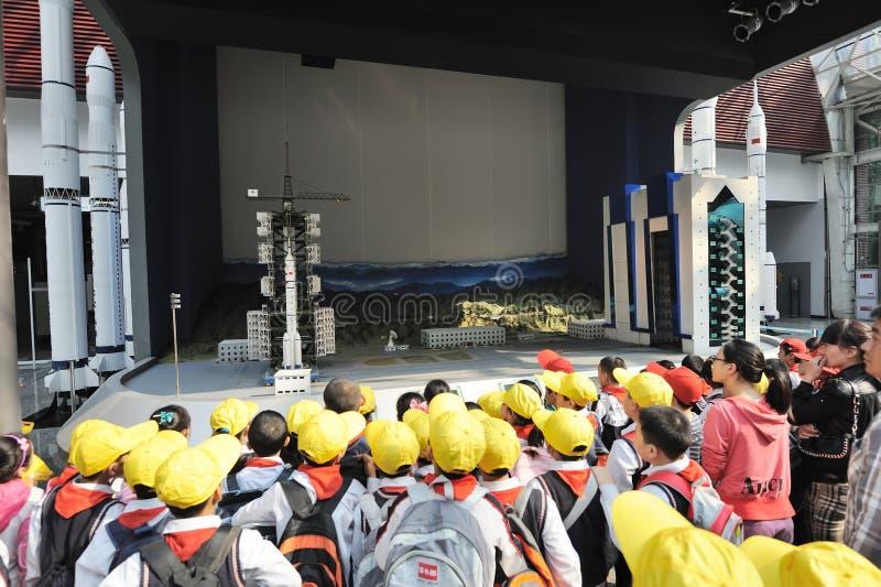 Lanuch do foguete da visita dos estudantes da escola preliminar de Cinese fotografia de stock