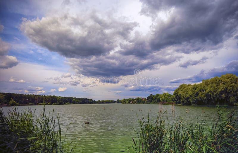Lanuginoso si rannuvola l'acqua del lago immagine stock libera da diritti