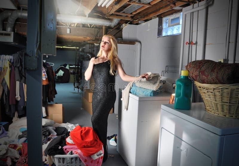 lanundry kvinna för acting sysslor arkivfoto