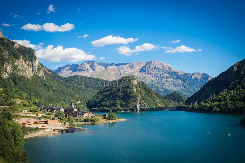 Lanuza村庄用西班牙语比利牛斯,风景mountais和湖 免版税图库摄影