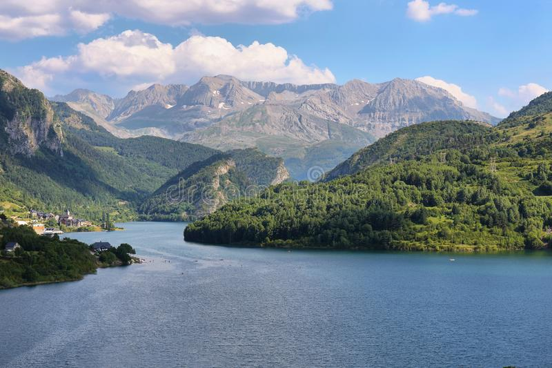 Lanuza-Reservoir in Valle de Tena, Spanien lizenzfreie stockfotografie