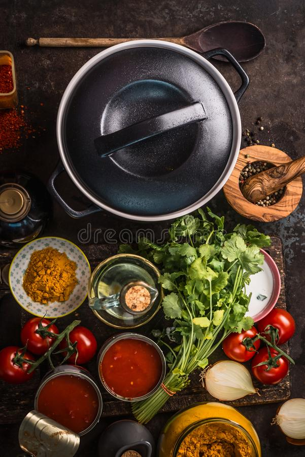Lany żelazny garnek z świeżymi składnikami dla smakowitego jarskiego pomidorowego polewki lub kumberlandu kucharstwa: pomidory, z zdjęcia stock