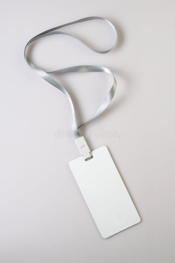 Lanyard Tag Badge Mockup blanco en blanco en fondo gris imagen de archivo libre de regalías