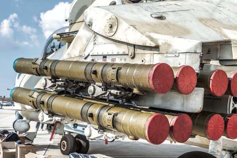 Lanzacohetes debajo del ala del helicóptero militar fotos de archivo