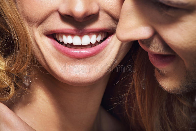 Lanzamiento agradable de la gran sonrisa y de los dientes blancos fotografía de archivo
